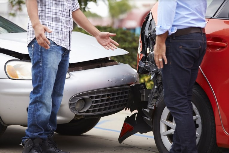 two drivers arguing in a car accident | steps to follow in an automobile accident